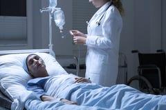护士帮助的死的妇女 图库摄影