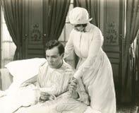 护士慰问她的患者 免版税图库摄影