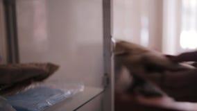护士打开在医生` s办公室和klalet架子包裹的玻璃门橱柜与医学 股票视频