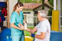 护士更改的绷带在 免版税库存图片