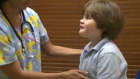 护士检查幼儿封垫 股票录像
