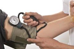 护士监视血压 免版税库存图片