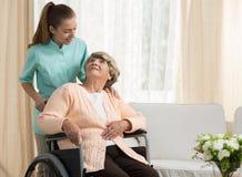 护士谈论与更老的患者 免版税库存照片