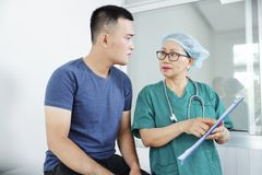 护士谈话与患者 免版税图库摄影