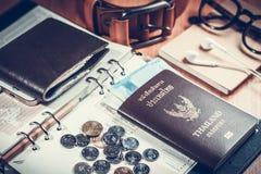 护照、钱包、金钱、笔记本、传送带和玻璃在办公室ta 库存图片