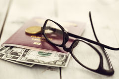 护照和金钱与玻璃 库存图片
