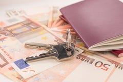 护照和钥匙在钞票背景 库存照片