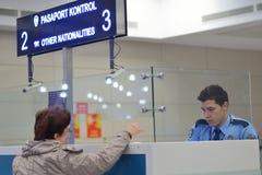护照管制在阿塔图尔克机场,伊斯坦布尔,土耳其 免版税库存图片