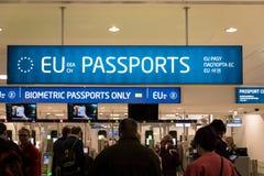 护照管制欧盟和其他护照持有人的入口区域在布拉格机场,捷克 免版税图库摄影