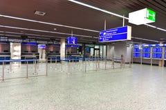 护照管制计数器的官员在机场 免版税库存图片