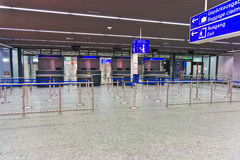 护照管制计数器的官员在机场 图库摄影