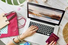 护照膝上型计算机旅行计划旅途概念 图库摄影