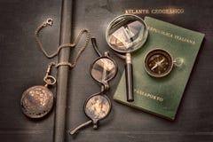 护照,指南针 手表、玻璃和放大器在葡萄酒地理地图集旅行和冒险的到世界里 库存例证