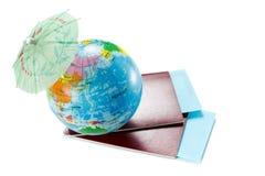 护照,票,地球作为假期概念 夏天旅途准备 假日,检查文件,选择目的地po 免版税库存图片