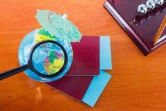 护照,票,地球作为假期概念 夏天旅途准备 计划假日,检查文件,选择desti 库存图片