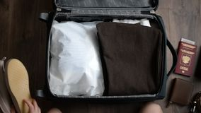 准备手提箱 护照,行李,太阳镜,起动 影视素材