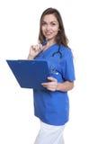 护理与长的看照相机的黑发和剪贴板 免版税库存图片