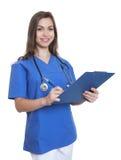 护理与长的黑发和剪贴板文字笔记 库存图片