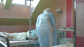 护理准备女性耐心胳膊投入IV管 股票视频