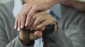护理居住在老人院,冷酷的晚年的支持的老病的妇女 股票录像