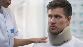 护理应用沮丧的男性耐心泡沫子宫颈衣领,颈部受伤 股票视频