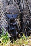 护理婴儿的玛丹娜的非洲小雕象 免版税库存照片