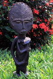 护理婴儿的玛丹娜的非洲小雕象 免版税图库摄影