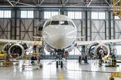 维护的空中客车A320在飞机棚 俄罗斯,圣彼德堡, 2016年11月 免版税库存图片
