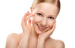 护肤。 美丽的健康妇女的表面有查出的奶油的 免版税库存照片