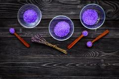 护肤和放松的化妆用品 在黑暗的木背景顶视图拷贝空间的淡紫色紫罗兰色温泉盐 免版税库存图片