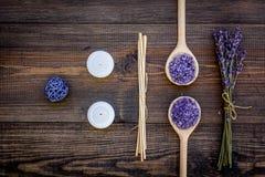 护肤和放松 化妆用品和芳香疗法概念 淡紫色在黑暗的木背景顶视图的温泉盐 图库摄影