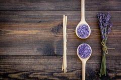 护肤和放松 化妆用品和芳香疗法概念 淡紫色在黑暗的木背景顶视图copyspace的温泉盐 免版税库存照片