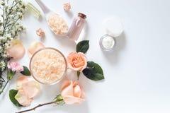 护肤概念 skincare在包裹的补救样式平的位置与与在白色隔绝的天然材料的空白的标签 免版税库存图片