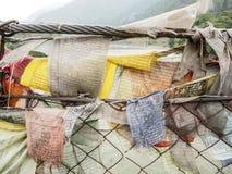护身符织品垂悬在桥梁的-不丹 免版税图库摄影