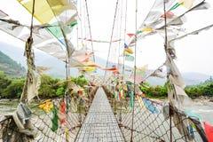 护身符织品垂悬在桥梁的-不丹 免版税库存照片
