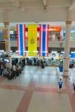 报到大厅和书桌在机场 免版税库存照片