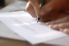 报名参加妇女的接近的合同现有量 免版税库存照片