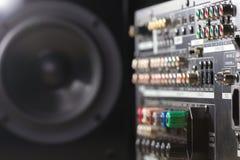 报告人和数字式音乐放大器的尾端 免版税库存照片