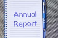 年终报告在笔记本写 图库摄影