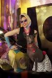 画报和山区乡村摇滚乐被称呼的妇女有狗的 库存图片