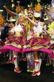 画报女孩和年轻水手人-流行的游行颜色 免版税图库摄影