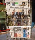 从报摊的纽约时报和每日邮报报纸 免版税库存照片