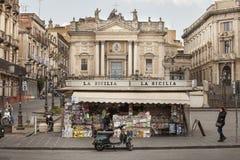 报摊,意大利正方形 卡塔尼亚,西西里岛 圣比亚焦教会和圆形剧场 免版税图库摄影