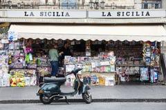 报摊,意大利正方形 卡塔尼亚,西西里岛 圣比亚焦教会和圆形剧场 库存图片