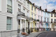 报春花小山的五颜六色的伦敦房子 免版税库存照片