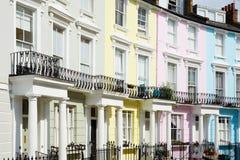 报春花小山的五颜六色的伦敦房子 免版税图库摄影