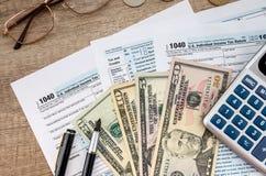 1040报税表、美元和计算器 免版税库存图片