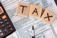 1040报税表和木立方体 库存图片