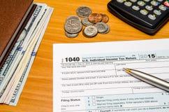 报税表1040与计算器的2018年 免版税库存图片