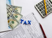 报税表1040,美元、计算器、笔和铅笔 库存图片